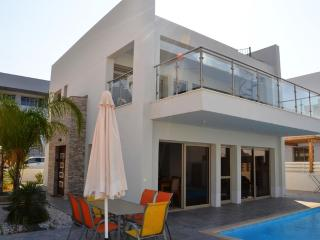 Villa Auriga, 3 bed luxury villa on Fig Tree Bay, Famagouste