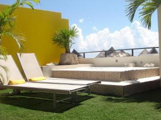 Luxury Penthouse with Private Rooftop Jacuzzi!, Playa del Carmen