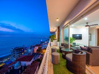 PRIVATE DECK JACUZZI, 353 AMAPAS, FULL OCEAN VIEWS, BLOCK2BEACH, GYM, Puerto Vallarta