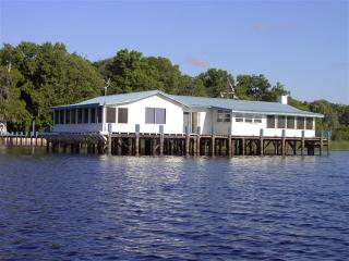 Lake House Blue - The Perfect Vacation House with, Crescent City