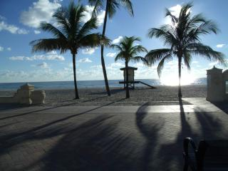 Pretty studio steps to Hollywood Beach, Fl. - in the Iconic BEACH TERRACE RESORT