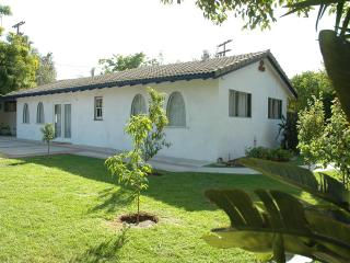 Large 2 bedroom house with pool, Glendale