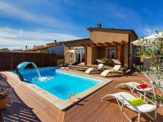 Beautifull modern built 3 bedroom  villa, close to the sea, Pula