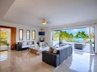 Spacious living room with terrace - Salle à manger avec terrasse