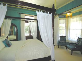 KING FOUR POSTER WITH BAY WINDOW