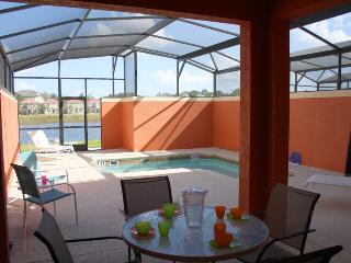 Paradise Palms 4 Bedroom Villa with Private Pool Overlooking Lake, Kissimmee