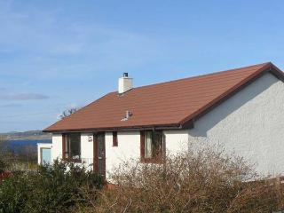 CNOC GRIANACH, detached cottage, whirlpool bath, enclosed gardens, pet-friendly,