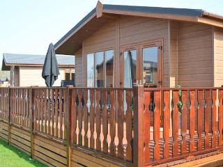 68 GRESSINGHAM, ground floor log cabin, en-suite bedroom, on-site facilities, in South Lakes Leisure Village, Ref. 22576, Kendal