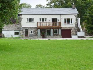 LINGMELL, pets welcome, spacious shared grounds, stunning views, open fire, cano