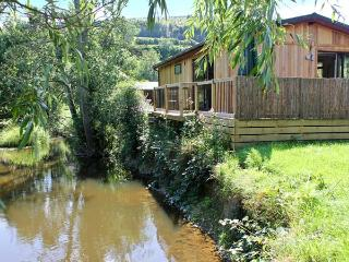 WILLOW RIVER LODGE, woodburner, WiFi, charming riverside lodge near Clun, Ref. 28858