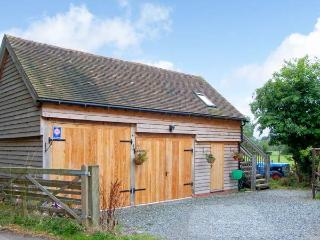 THE GARDEN ROOM, romantic studio apartment, country views, raised decking area, walks from door, near Dorrington, Ref 18951