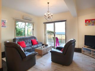 Villa Jasmine '2 minute walk from Beach'