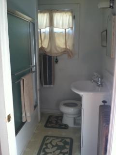 Tub/shower w/ towels provided