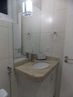 Pia de Granito com espelho e armário planejado.