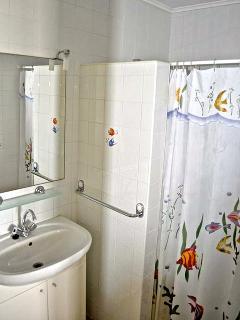 Twee badkamers voorzien van wastafels, wc en douche met warm water.