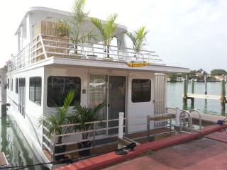 Brand New Houseboat - Close to Shops and Beach!, Fort Lauderdale