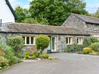 APPLE TREE COTTAGE, single-storey, romantic retreat, walks from door, shop and pub close by, near Troutbeck Bridge, Ref 27912