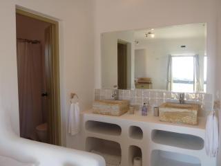 Villa Elia's en-suite bathroom in double bedroom