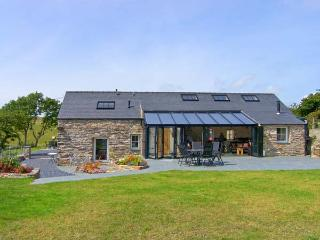 GARTH MORTHIN THE BARN, pet-friendly, woodburner, WiFi, enchanting views, lovely luxury cottage near Porthmadog, Ref. 27046
