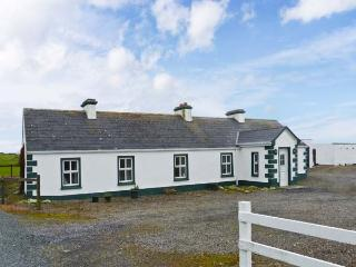 GREEN FORT COTTAGE, a traditonal detached cottage, multi-fuel stove, private