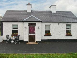 HAZEL COTTAGE, family and pet-friendly accommodation, woodburner, parking, lawned garden, near Killimor and Portumna, Ref 28491