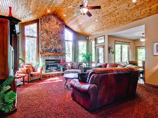 Beautiful wood furnished home, pet friendly, hot tub, fire pit, gondola parking passes  - Moose Tracks Lodge, Breckenridge