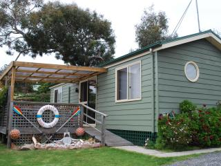 Luxury affordable holiday unit with spa near beach, Coles Bay