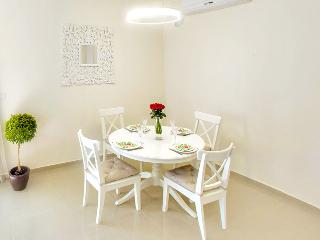 Dining room with Extendable table (can seat up to 6-7)