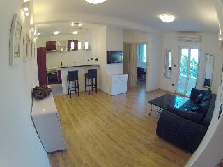 Split, nw 2 bedroom apart.city cent.and beac,garag