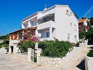Top floor apartment with wonderful sea view, Hvar