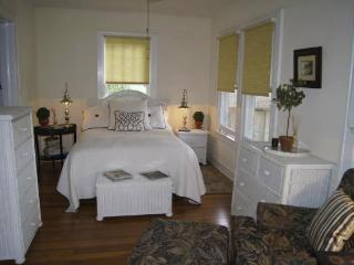 Carriage House studio apartment - close to beach, downtown