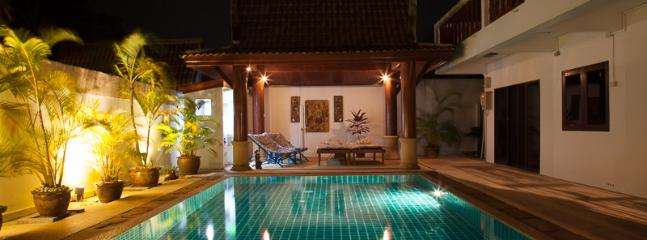 Sala and pool at night