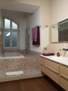 Large Bathroom with Bath/Jacuzzi