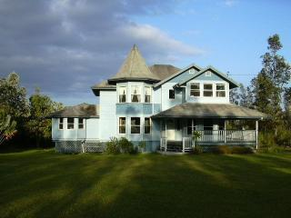 Big Island tropical  Victorian on 3 acres  /Events, alquiler de vacaciones en Hilo