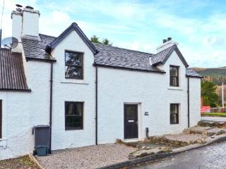 ALMA COTTAGE, traditional, end-terrace, zip/link beds, next to river, in popular village of Tyndrum, Ref 6858
