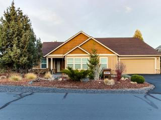 Fantastic high-desert home with jetted tub, access to shared pools & hot tub, Redmond