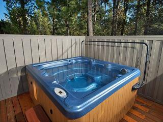 Upscale Sunriver Home with Hot Tub and Gas Fireplace Near Ice Skating