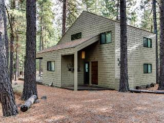 Cozy & well furnished cabin w/ access to shared pools, hot tub, sauna, & tennis, Black Butte Ranch