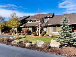 Welcoming townhouse w/ private hot tub & rec center access!, Redmond