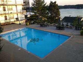 Lakefront Condo, 3BR, Fantastic View, heated pools
