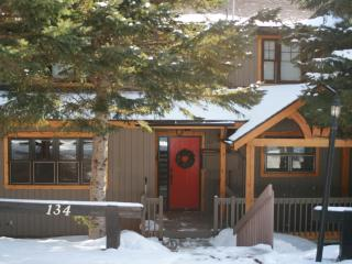Executive 2 Bedroom On Mountain Central but Quiet, Mont Tremblant