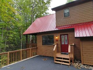 Cabin near downtown Gatlinburg in a wooded setting Catch a Falling Star 1127