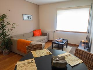 'Matosinhos Trendy Flat', Glamorous apartment, City escape (Sleeps 4)