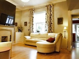 Central London Kensington Earls court 1bd Luxury Apt + private Garden, Fireplace