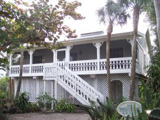 Nestled in Tropical Vegetation, Steps to the Beach, Île de Captiva