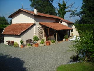 Stunning Farmhouse with Pool and Private Fishing lake near Dax and Orthez, Sort-en-Chalosse