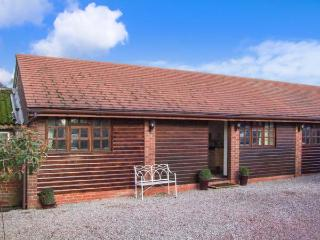PARLOUR BARN, hot tub, WiFi, en-suite, romantic cottage near Pershore, Ref. 2622