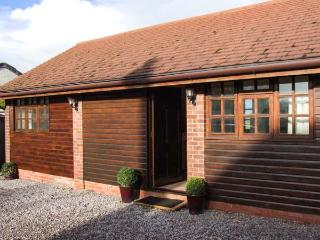 DAIRY BARN, WiFi, hot tub, en-suite facilities, woodburner, romantic cottage near Pershore, Ref. 26229