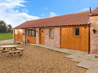 CALF HOUSE, semi-detached ground floor barn conversion, off road parking, WiFi, enclosed communal courtyard, in Thirsk, Ref. 15032