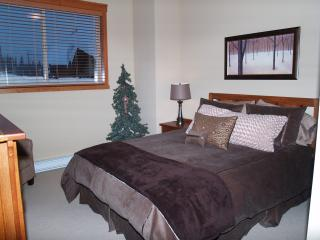 The Snowbird Lodge - Incredible Value and Location, Big White